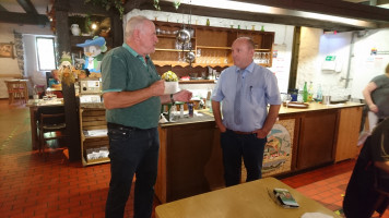 Werner begrüßt Bürgermeister Reichwein, der die Museumführung ermöglichte.
